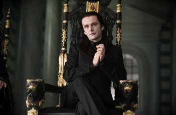 Aro (Michael Sheen) sul suo trono in una scena del film Twilight Saga: New Moon