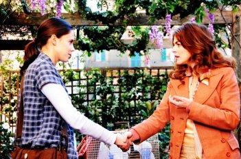 Claudia Gerini e Chiara Martegiani nel film Meno male che ci sei