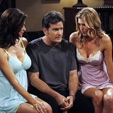 Due uomini e mezzo: Charlie Sheen, Tricia Helfer e Jennifer Bini Taylor nell'episodio The Moustache Attachment