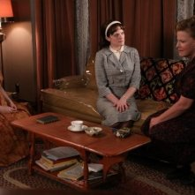 Mad Men: Elisabeth Moss, Myra Turley ed Audrey Wasilewski in una scena dell'episodio The Arrangements