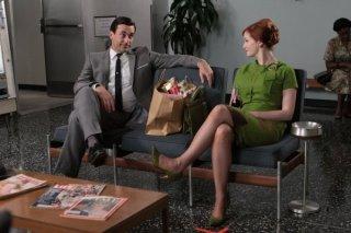Mad Men: Jon Hamm e Christina Hendricks nell'episodio Guy Walks Into an Advertising Agency