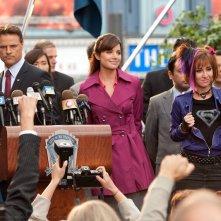 ll procuratore distrettuale di Metropolis, Ray Sacks (D. Neal) alla conferenza stampa con Lois (E. Durance) e Jayna (A. Scagliotti) nell'ottavo episodio di Smallville