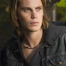 Taylor Kitsch in una scena del film The Covenant