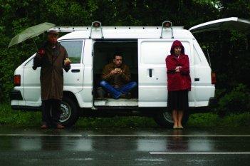 Benjamin Whitrow con Shane Taylor ed Eileen Nicholas nel film Bomber, di Paul Cotter