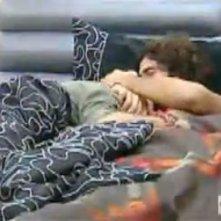 Grande Fratello 10: Davide bacia Maicol sulla testa mentre sono a letto