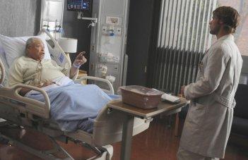 James Earl Jones e Jesse Spencer in una scena tratta da The Tyrant dalla sesta stagione di Dr. House: Medical Division
