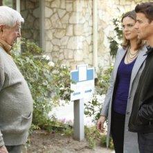 Bones: la guest star Ralph Waite con Emily Deschanel e David Boreanaz nell'episodio The Foot in the Foreclosure