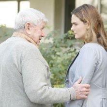 Bones: la guest star Ralph Waite con Emily Deschanel nell'episodio The Foot in the Foreclosure
