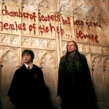 'La camera dei segreti è stata aperta, nemici dell'erede... temete!' scritto sul muro del film Harry Potter e la camera dei segreti