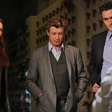 The Mentalist: Amanda Righetti, Simon Baker ed Owain Yeoman nell'episodio His Red Right Hand