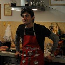 Paolo Briguglia ai fornelli in una scena del film La cosa giusta (2009)