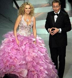 Sanremo 2005: Paolo Bonolis e una spumeggiante Antonella Clerici