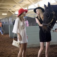 90210: AnnaLynne McCord e Sara Foster in una scena dell'episodio And Away They Go