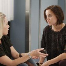 Jennie Garth e Jessica Stroup in una scena dell'episodio To Thine Own Self Be True di 90210