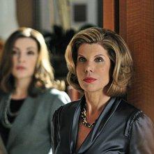 The Good Wife: Christine Baranski e Julianna Margulies (sullo sfondo) nell'episodio Threesome