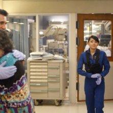 Trauma: Aimee Garcia e Cliff Curtis in una scena dell'episodio That Fragile Hour