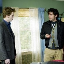 Una nuova immagine di Robert Pattinson e del regista Chris Weitz sul set di Twilight: New Moon