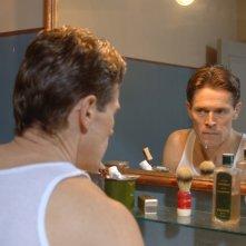 Willem Dafoe allo specchio in una sequenza del film Adam Resurrected