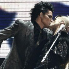 Bacio gay per Adam Lambert durante una performance agli American Music Awards 2009