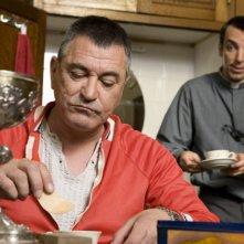 Jean-Marie Bigard e David Strajmayster (alle sue spalle) in una scena della commedia Senti chi dice messa (2009)