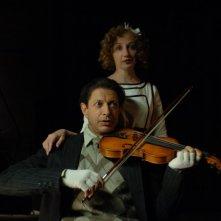 Jeff Goldblum suona il violino in una scena del film Adam Resurrected