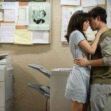 Joseph Gordon-Levitt con Zooey Deschanel in una scena del film 500 giorni insieme (2009)