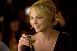 Katherine Heigl sorseggia del vino in una scena del film La dura verità (2009)
