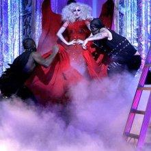 Lady Gaga con alcuni ballerini durante la sua esibizione nell'episodio The Last Days of Disco Stick