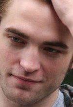 Un primo piano di Robert Pattinson sul set del film Remember Me
