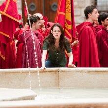 Bella (Kristen Stewart) si appresta ad attraversare la fontana della piazza, in una scena del film The Twilight Saga: New Moon