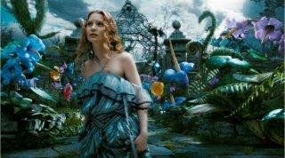 L'immagine finale di Mia Wasikowska nella sequenza del giardino in Alice in Wonderland