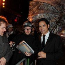 Reece Ritchie con i fan alla premiere di Londra di Amabili resti