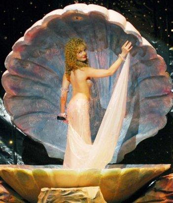 Violante Placido è una Venere kitsch nella biopic Moana (2009)
