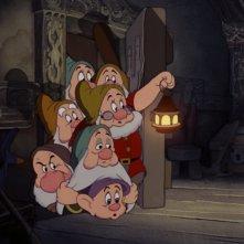 I nanetti in una scena del film Biancaneve e i sette nani ( 1937 )