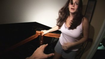 Katie Featherston in una spaventosa scena di Paranormal Activity