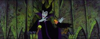 La strega Malefica e il suo corvo in una scena del film La bella addormentata nel bosco ( 1959 )