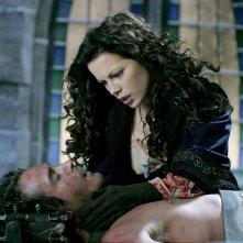 Anna (Kate Beckinsale) cerca di salvare il fratello (Will Kemp) nel film Van Helsing