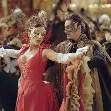 Anna (Kate Beckinsale) e Dracula (Richard Roxburgh) al ballo in maschera nel film Van Helsing