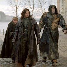 David Wenham (Carl), Hugh Jackman (Van Helsing) e Shuler Hensley (Frankenstein) nel film Van Helsing