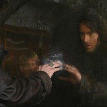 Hugh Jackman tocca un misterioso portale in una scena di Van Helsing