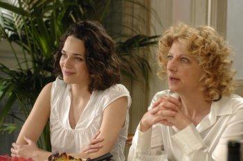 Laura Chiatti e Angela Finocchiaro nel film Io, loro e Lara