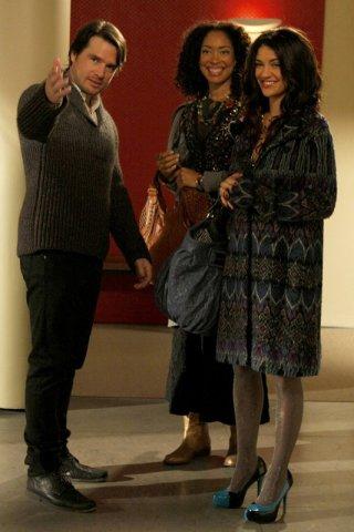Matthew Settle, Gina Torres e Jessica Szohr in una sequenza della puntata Treasure of Serena Madre di Gossip Girl