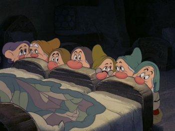 I nanetti in una scena del film d\'animazione Biancaneve e i sette nani ( 1937 )