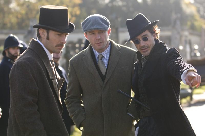 Jude Law, Guy Ritchie e Robert Downey Jr. sul set del film Sherlock Holmes