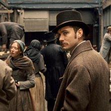 Jude Law in una scena di Sherlock Holmes