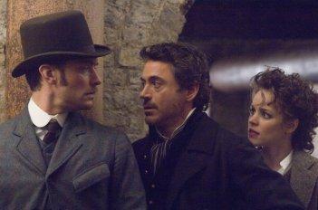 Jude Law, Robert Downey Jr. e Rachel McAdams in una scena di Sherlock Holmes
