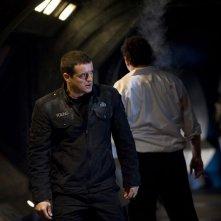 Justin Louis con alle spalle Mark Burgess nell'episodio Life della serie Stargate Universe