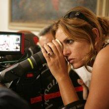 La regista Nina Di Majo sul set del film Matrimoni e altri disastri