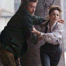 Robert Downey Jr. e Rachel McAdams in una scena di Sherlock Holmes