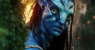 Un bel primo piano di una sorpresa Neytiri in una sequenza del film Avatar